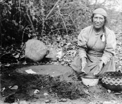 sköljning, ekollonmjöl, korg, indiankvinna, kärl, fotografi, photograph@eng