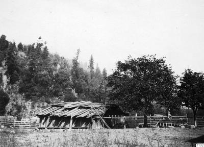 stenansamling, hupaindian, hus, inhägnad, träd, fotografi, photograph@eng