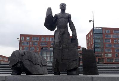 Statue of Anton de Kom