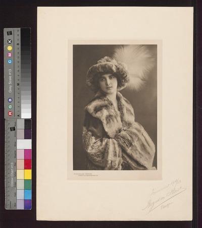 Modelka prezentująca futro z kolekcji Domu Mody Bogusław Herse w Warszawie na sezon 1912/1913