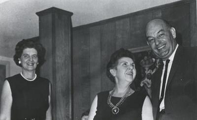 F010634: Rosey E. Pool tijdens een bezoek aan Huntoville (Alabama) in de Verenigde Staten met het echtpaar Florence en Stan Bagle [...]