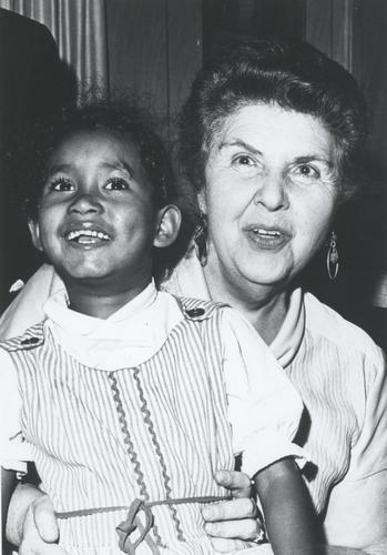 F010635: Rosey E. Pool met het dochtertje van Jannie Jude's dochter tijdens een bezoek aan Huntoville (Alabama) in de Verenigde S [...]