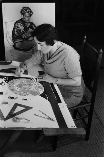 [Fré Cohen aan haar werktafel in haar atelier in de Karel du Jardinstraat]