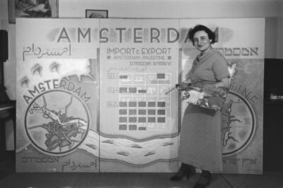 [Fré Cohen voor een promotiepaneel ter bevordering van de handel tussen Amsterdam --- en Palestina]