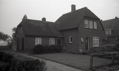 Foto afkomstig uit de dossiers van de Dienst Gemeentewerken Apeldoorn. In beeld 3e Sluisweg 12, het huis is in februari 1971 afgebroken