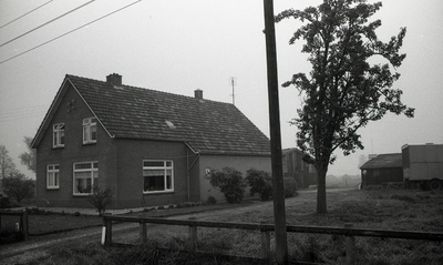 Foto afkomstig uit de dossiers van de Dienst Gemeentewerken Apeldoorn. In beeld nangedijk 36 met enkele schuren. In 1978 werd het adres nanddrostlaan 36