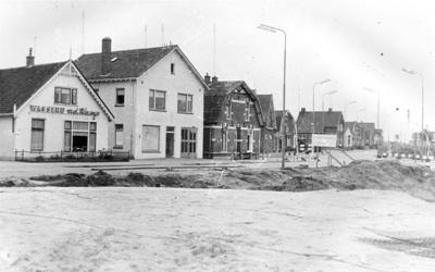Panden aan de Hofstraat, gezien vanaf De Grift in zw richting., met op de voorgrond wegenbouwo werkzaamheden.  ninks de wasserij Van de Kamp, met het bedrijf op nr. 173 en de woning op nr. 175. Deze panden zijn allen inmiddels afgebroken.