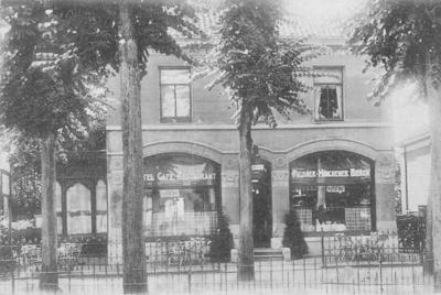 Hotel 'De Kroon' van H.W. van oee, telefoon 432. Vanaf 1931 was dit Hotel 'Terminus'