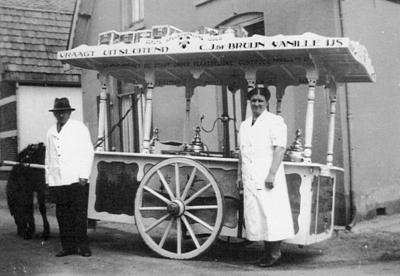 Een ijscokar van koopman C.J. de Bruijn, voor zijn zaak aan de Handelstraat..