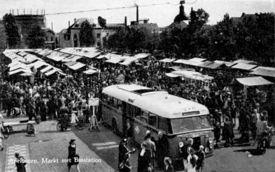 Met markt en het busstation.  Genomen in oostelijke richting, links achter een gashouder,; midden achter het gebouw van het Kantongerecht.