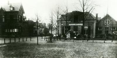 Het gebouw van de Cooperatieve Aankoopvereniging, gelegen op de hoek van de Kanaalstraat. nater is dit gebouw vervangen door het huidige; ook is de bestemming gewijzigd in: Kantongerecht.