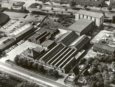 Machinefabriek Tebel van der Ploeg. In 1917 uit neeuwarden en Grouw gesticht in Apeldoorn. In 1835 werd de fabriek al opgericht in Friesland, waar onder andere klokken werden gemaakt. In 1993 was deze fabriek gehuisvest onder de naam Machinefabriek AMK (Apeldoornse Machinefabriek Konstruktiewerkplaats B.V.). In 1967 werd deze fabriek overgenomen door machinefabriek Tebel uit neeuwarden, later in handen van buitenlandse eigenaars. In 1989 lag het bedrijf stil. De gebouwen stonden in 1997 nog overeind. Het pand links is kozijnenfabriek KUFA (Kanaal Zuid 62)