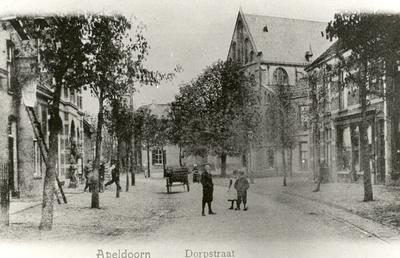 Ter hoogte van de Stationsdwarsstraat met rechts de Mariakerk.