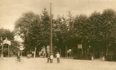 Stationsplein, rechts hotel De Prins.