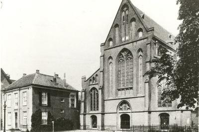 oooms katholieke Mariakerk, parochiekerk O.n.V. ten Hemelopneming en links de pastorie op nr. 20.