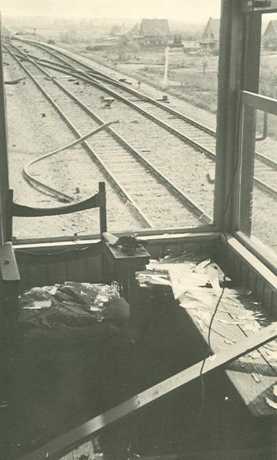 Overzicht van de vernielingen op het station: vernielingen aan de rails door het raam van de wachtkamer gezien