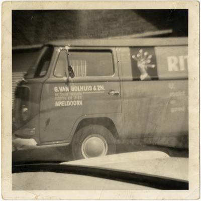 Bedrijfsbusje van oookwarengroothandel G. van Bolhuis en Zn. De kleur van deze bus was rood