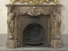 Kamin in Marmor mit Faunen als Karyatiden