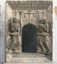 Die Arma Christi und zwei betende Engel