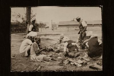 Ascari soldiers preparing food | Soldati Ascari preparano la razione