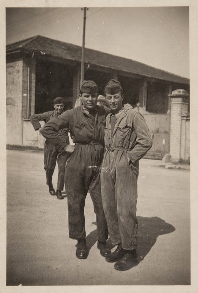 Two soldiers at the military base | Due soldati in caserma
