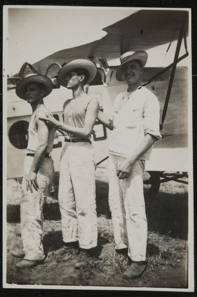 Primo Capannini and two fellows in front of an aircraft at Pontedera (Pisa) airport | Primo Capannini e i suoi compagni di fronte ad un veivolo all'aeroporto di Pontedera (Pisa)