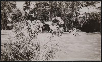 War in Ethiopia, camels passing a river | Guerra in Etiopia