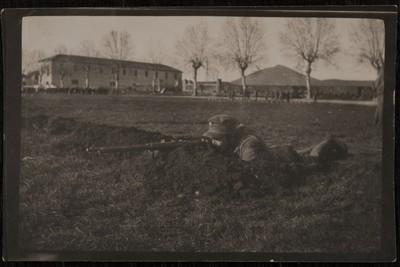 Sniper lying on the ground | Cecchino appostato
