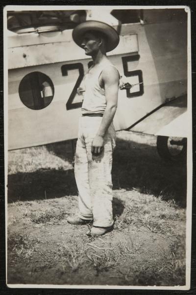 Primo Capannini in front of an aircraft at Pontedera (Pisa) airport #2 | Primo Capannini di fronte ad un veivolo all'aeroporto di Pontedera (Pisa) #2