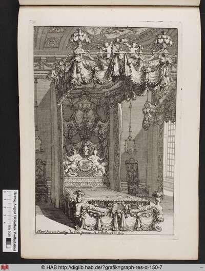 Interieur mit einem skulptural und ornamental geschmückten Bett, ausgestattet mit einem Baldachin, einer verzierten Rückwand und gerafftem Vorhangstoff, der mit einer Bordüre versehen ist.