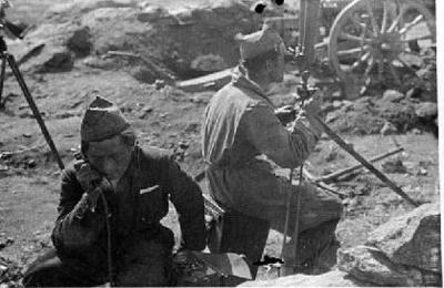 Combatents republicans inspeccionant el terreny amb un visor de trinxera, al front [del Centre]