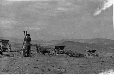 Combatent republicà inspeccionant el terreny amb un visor de trinxera, al front [del Centre]