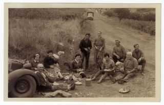 BOADELLA - Colla d'homes i dones que van de verema a França, fent una parada per menjar.