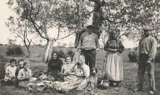 ORDIS - Colla de veremadors, acompanyats de mainada, fent un descans per menjar a la sombra dels arbres.