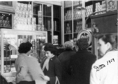 Senyores comprant  a la botiga de pastes M. Mercader Ferran, de Pastas la Ideal