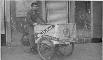Pastas la Ideal, tricicle-carro repartidor i publicitat