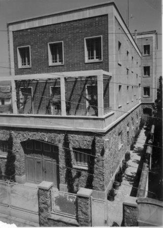 Pastas la Ideal. Reforma de la façana de la casa  i interior, a la plaça de l'Ajuntament