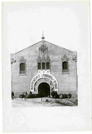Sindicat de cooperació agrícola d'Alió  (Tarragona). Façana de la bodega cooperativa.