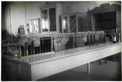 Aparells de química; tubs d'assaig.