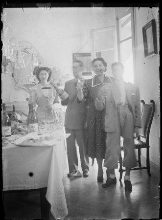 Retrat Mercè Alfonso Carreras, Rafel Alfonso Andreu, Mercè Carreras i Rafel Alfonso Carreras brindant en un dinar familiar