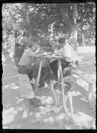 Anton Moix i amics, menjant a l'aire lliure