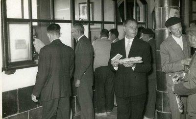 Festes Patronals 1960. Repartiment de coques