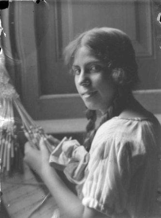 Noia fent puntes (composició) de la sèrie VI retrat. Figura Composició