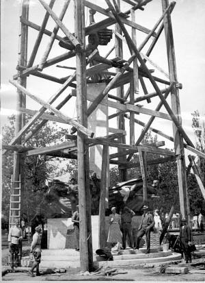 Montaža Spomenika palim Šumadincima u Kragujevcu