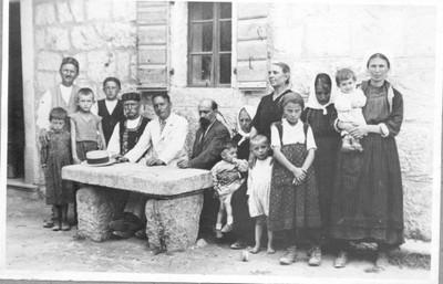 Ivan Meštrović sa bratom Pešom i rodbinom