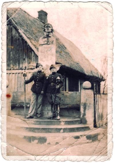 Początek lat 40. XX wieku. Strażacy przy pomniku Tadeusza Kościuszki