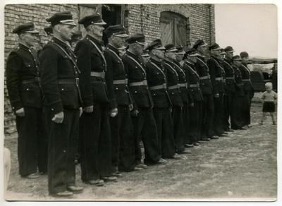 1958. Strażacy podczas uroczystości 45-lecia OSP Dąbrówka