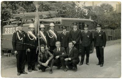 Lata 70. Dąbróweccy strażacy na tle wozu strażackiego
