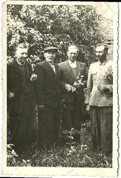 1946. Tarkowo Dolne. Aleksander Szczepański z kolegami