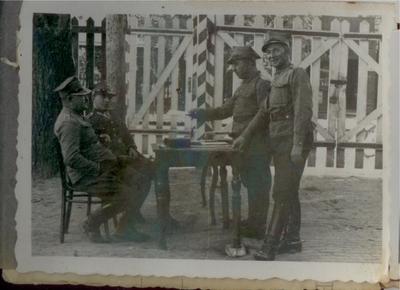 1930-1939. Przy bramie wejściowej 2 Pułku Strzelców Konnych w Hrubieszowie